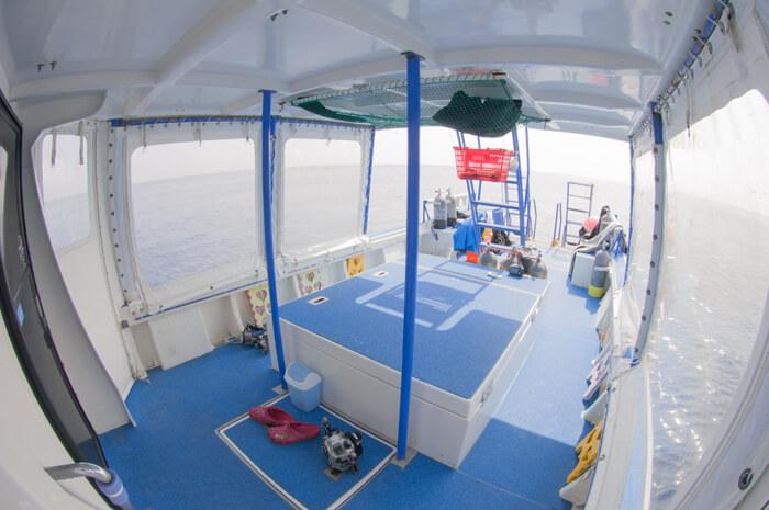 青いデッキは、荷物用のネットがあり便利です。日除けテントもあり安心です。